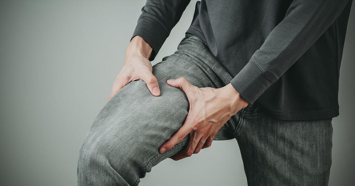 Uomo con dolore alla gamba a causa della cruralgia